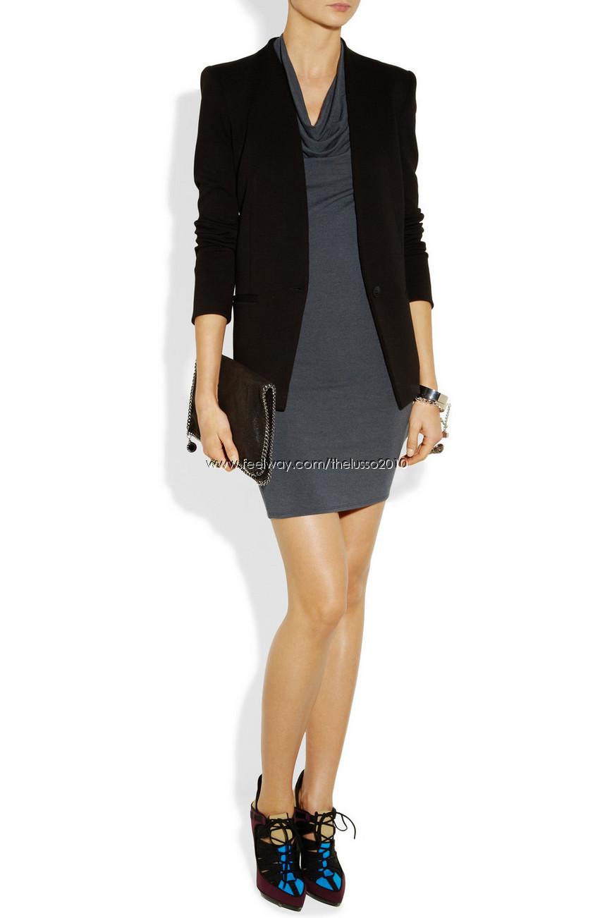 Черное платье и бежевый пиджак